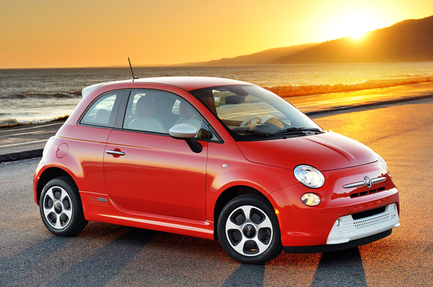 Fiat-500-Electric-side-view-on-beach